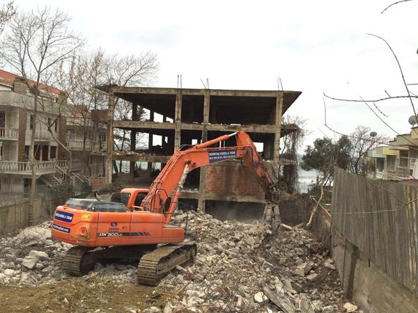 30 yıllık metruk bina ortadan kaldırıldı
