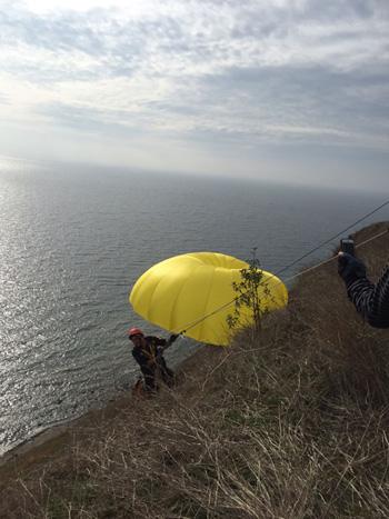 Kayalıklara takılan 2 paraşütçü ölümden döndü
