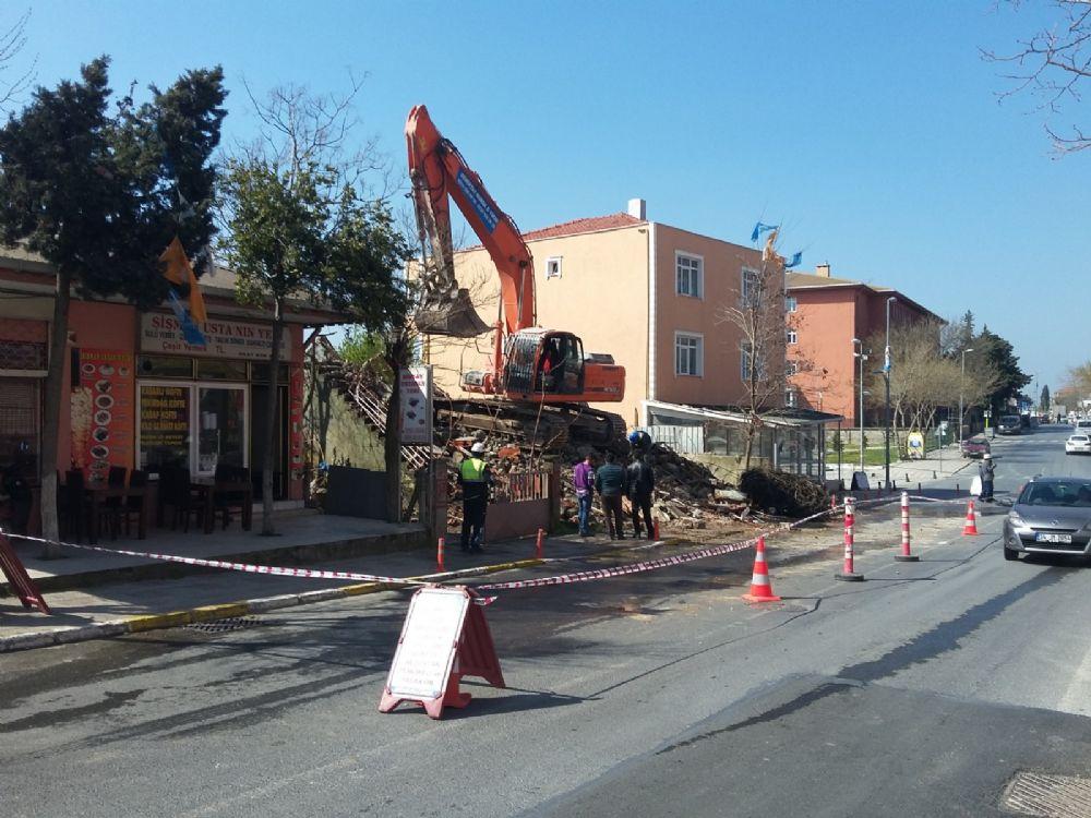 Belediye metruk yapıları yıktı