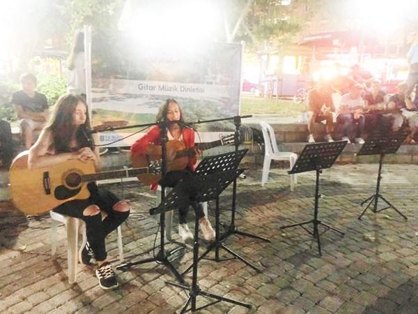 Sanat Parkı'nda Gitar Dinletisi