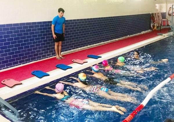 Alev Anne Hidroterapi Havuzunda Yüzme Dersleri