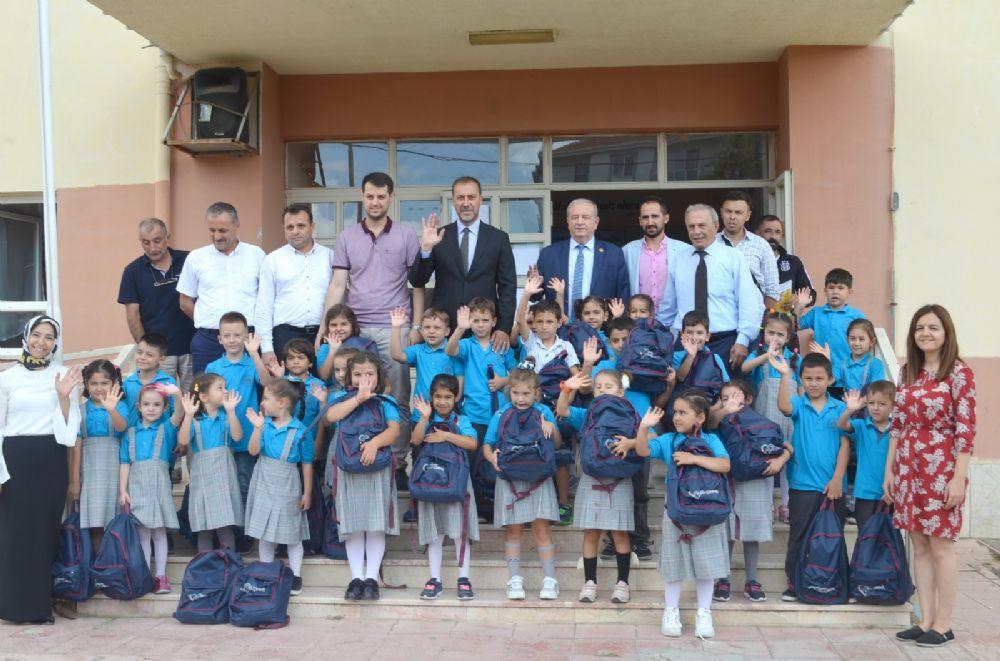 Birinci sınıfların çantaları yeni Başkan Bey'den