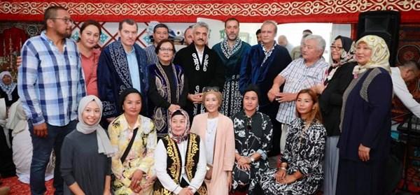 Uygur Türkleri'nin misafiri oldular