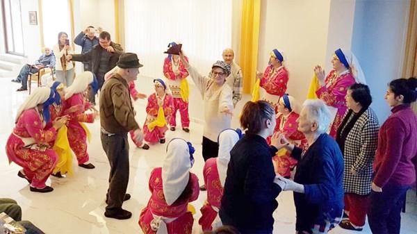 Elit Dans'tan huzurevi ziyareti