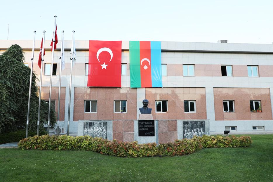 Belediye binasına Türk ve Azerbaycan bayrakları asıldı