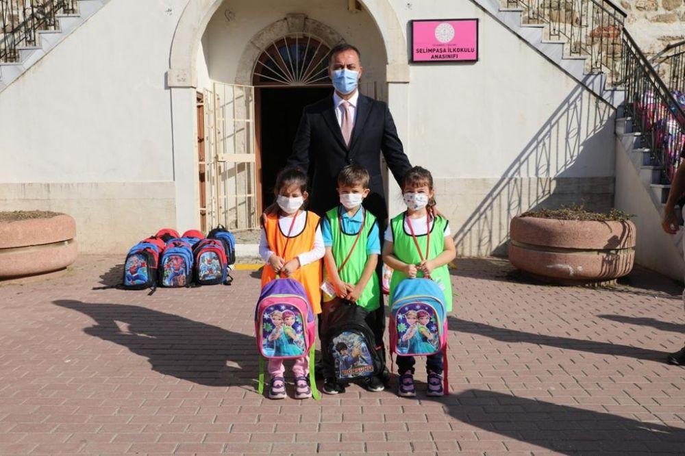 Selimpaşalı minikler, çanta hediyelerini Başkan Yılmaz'dan aldı